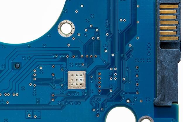 기계식 하드 디스크의 파란색 회로 기판 회로의 로컬 클로즈업