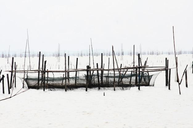 雪の湖で地元の漁師