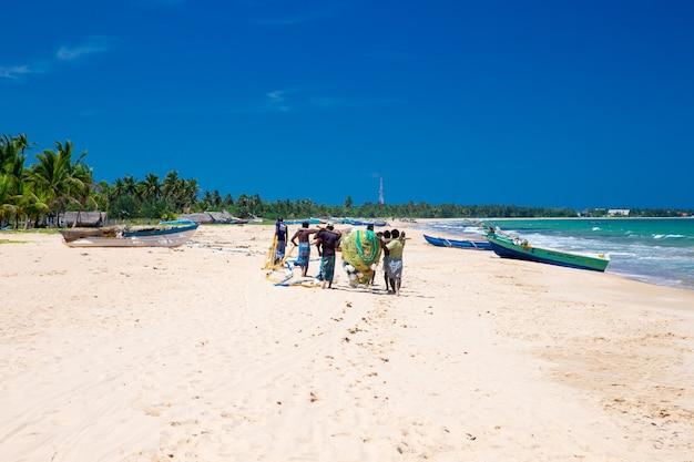 地元の漁師がインド洋から漁網を引っ張る