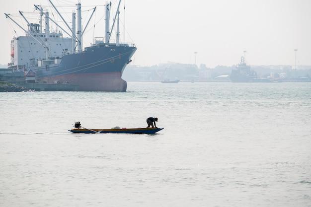 Местные рыбацкие лодки рыбачат в море, утренний восход с красивым светом, рыбаки в сонгкхла, таиланд