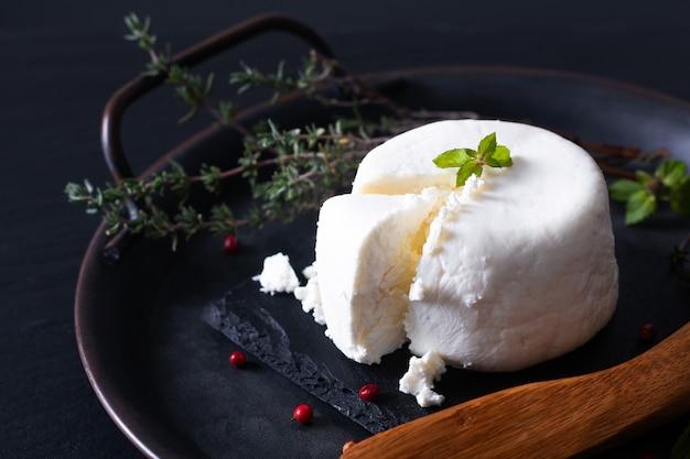 黒のスレート石板に地元の食品コンセプト有機新鮮な山羊チーズ