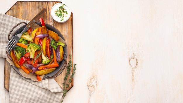 복사 공간이있는 현지 음식 식사 구성