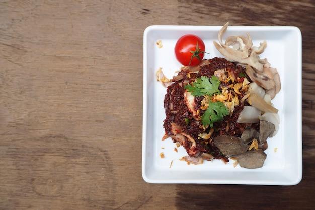 タイ北部の地元料理、生の豚肉サラダ。