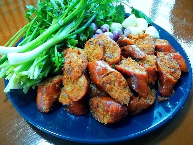 地元のタイ北部料理青い料理で分離されたタイ北部のスパイシーなソーセージ屋台の食べ物