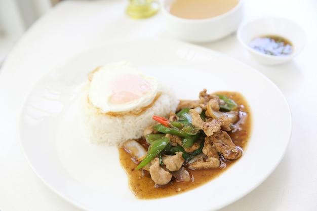 Местная тайская еда жареная свинина с жареной пастой из сладкого чили