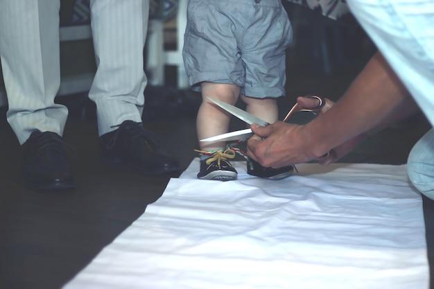 Местная традиция тусау кесу, которая символизирует церемонию, сопровождающую первые шаги ребенка.