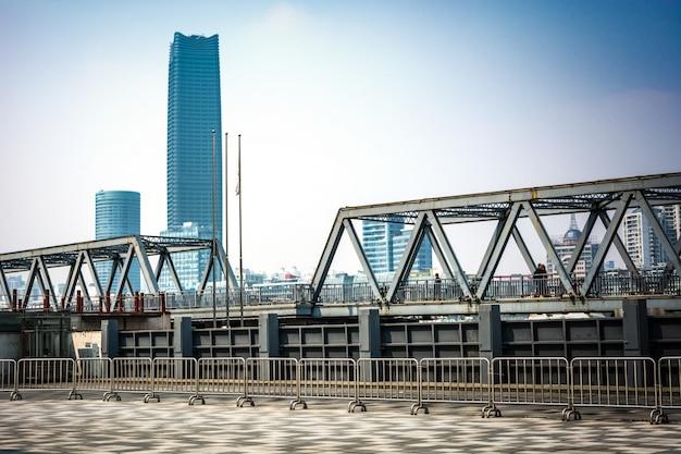 백 년 전 상하이에 위치한 강철 다리.