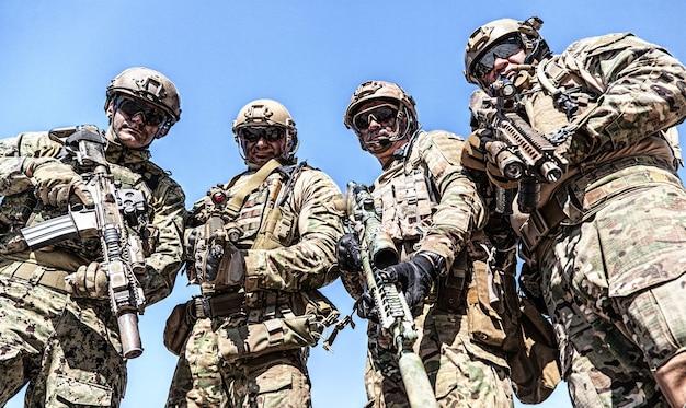 武器とフィールドの制服を着た特殊部隊の兵士の場所の肖像画、青い空の肖像画