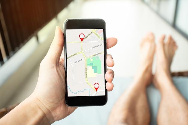 Gps 아이콘 탐색 및 위치 온라인 탐색 개념의 빨간색 아이콘이 있는 위치 거리 지도