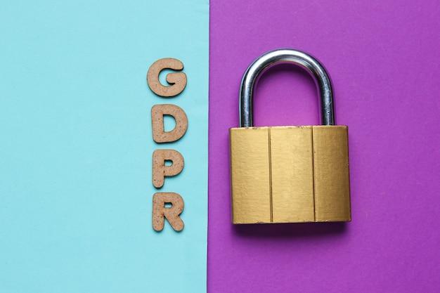 파란색과 보라색 종이에 자물쇠와 단어 gdpr