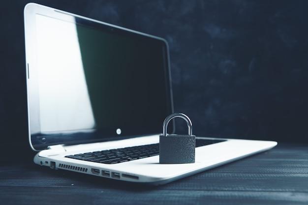 노트북을 잠급니다. 사이버 보안 개념