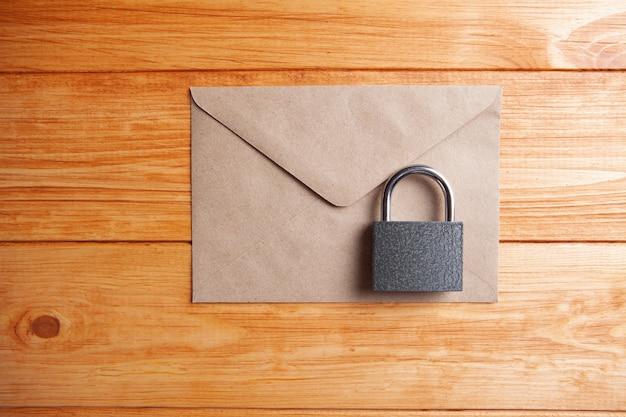 Зафиксируйте конверт для записи на столе