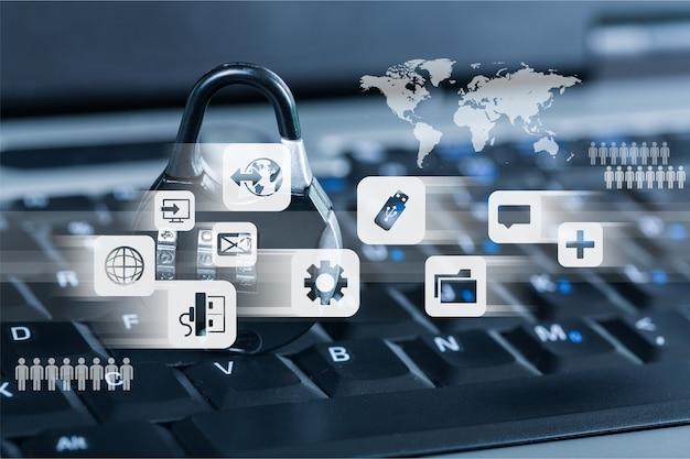 Блокировка на фоне ноутбука, концепция кибербезопасности