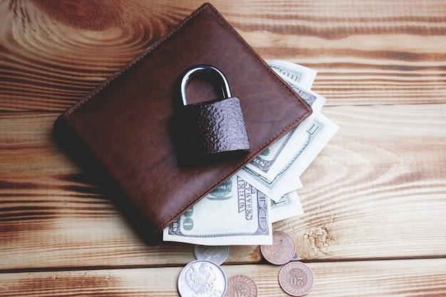 테이블에 돈으로 지갑을 잠그십시오.