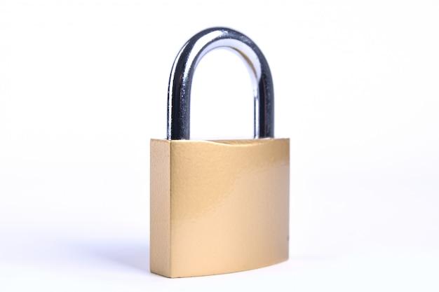 キーでロックされた金色の南京錠