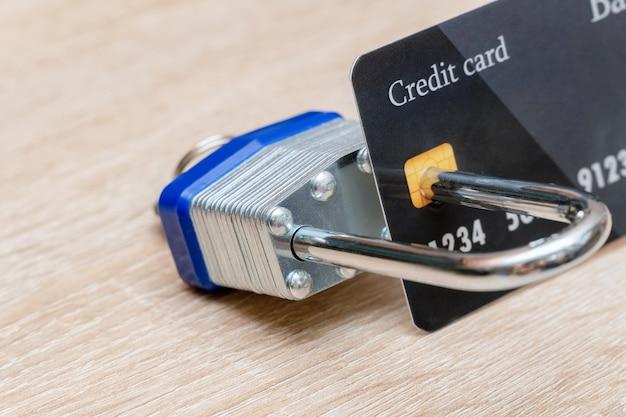 金属製の南京錠のプラスチック製クレジットカードでロック