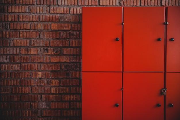 Шкафчики на кирпичной стене