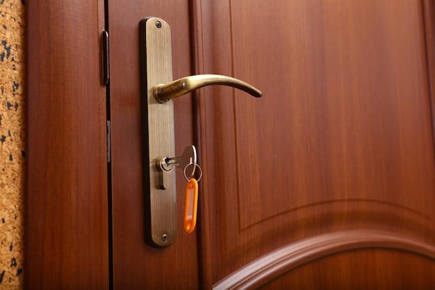 손에 열쇠로 문 잠그기 또는 잠금 해제