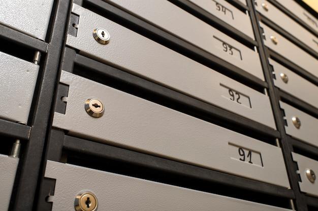金属製のメールボックスのロック