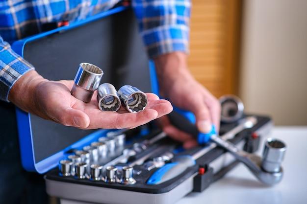 체크 셔츠에 자물쇠는 그의 손에 열쇠 첨부 파일을 보유하고 있습니다.