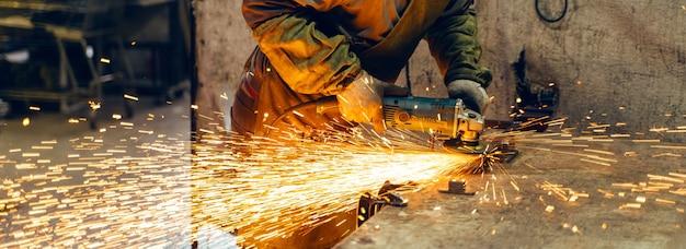 特別な服とゴーグルの鍵屋は、アングルグラインダーを使用した生産金属加工で動作します