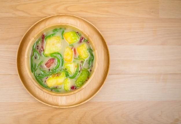 Lod chong、木製の背景に食べられた米で作られた米麺