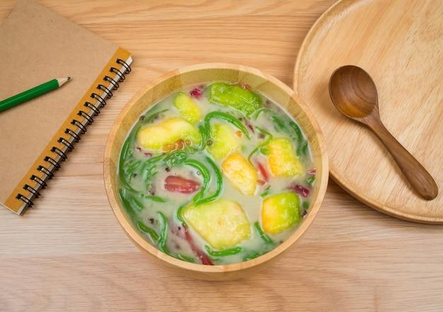 カンタロープメロン、木製のテーブルの背景で食べられる米で作られたライスヌードルとlodチョン