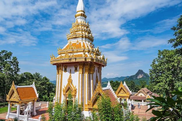 로이-태국-2020년 10월 23일: 로이 태국 치앙칸 지구에 있는 왓 프라 푸타밧 푸콰이 응고엔. 치앙칸 토끼 사원 - 왓 프라 푸타밧 푸콰이응고엔