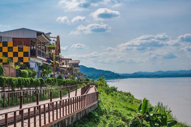 로이-태국-2020년 10월 24일:로이 태국에서 매클롱 강의 풍경을 볼 수 있는 치앙칸 도시 경관 건물. 치앙 칸은 구시가지이자 태국 관광객에게 매우 인기 있는 목적지입니다.