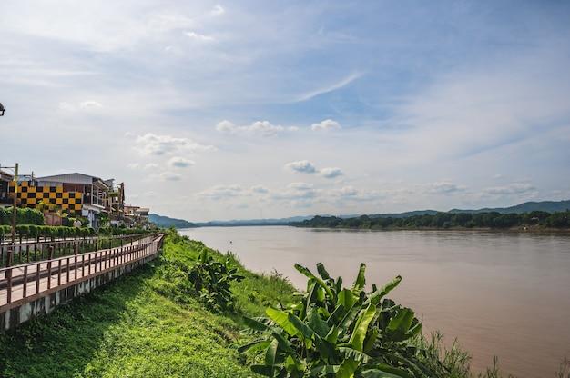 로이-태국-2020년 10월 24일:로이 태국에서 매클롱 강의 풍경을 볼 수 있는 치앙칸 도시 경관 건물.