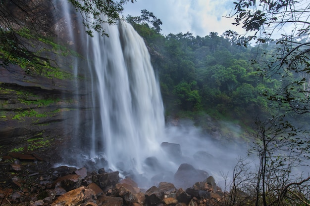 Водопад тад-лей-нга. красивый водопад в провинции loei, thailand.