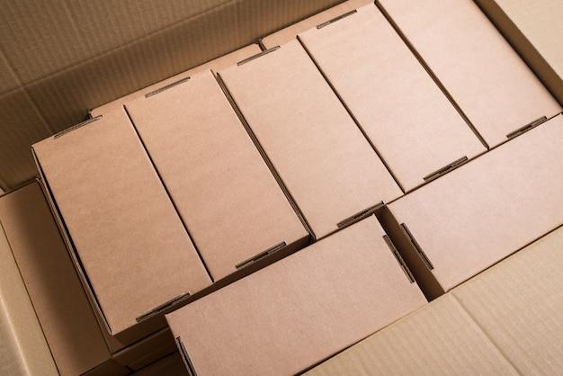 Лоф из картонных коробок на складе