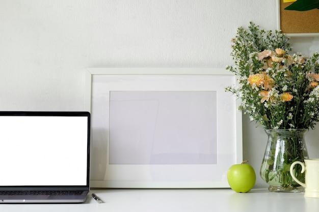 モックアップノートパソコンとポスター付きのロフトデスクトップ。