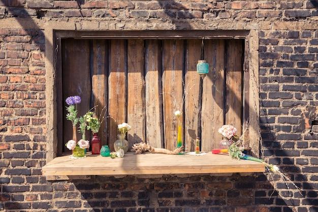 베란다의 로프트 정원 디자인. 나무 장식. 녹색 식물