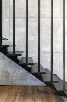 金属製の階段のあるロフトの最小限のインテリア