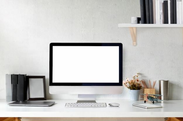 Рабочая область дизайнера loft с настольным компьютером и постером.