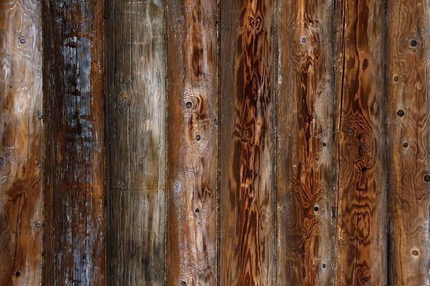 로그 하우스 벽 배경입니다. 오래 된 풍 화 오렌지 로그입니다. 나무 배경입니다.