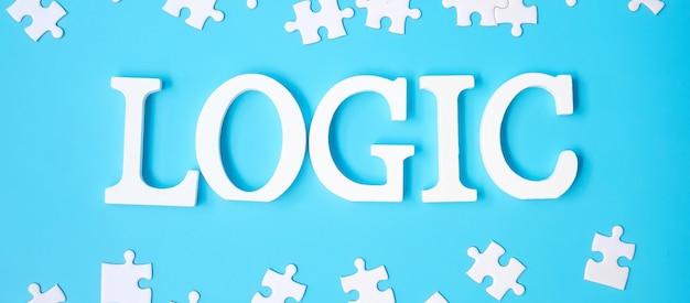 파란색 배경에 흰색 퍼즐 조각이 있는 논리 텍스트. 논리적 사고, 수수께끼, 솔루션, 합리적, 전략, 세계 논리의 날 및 교육의 개념