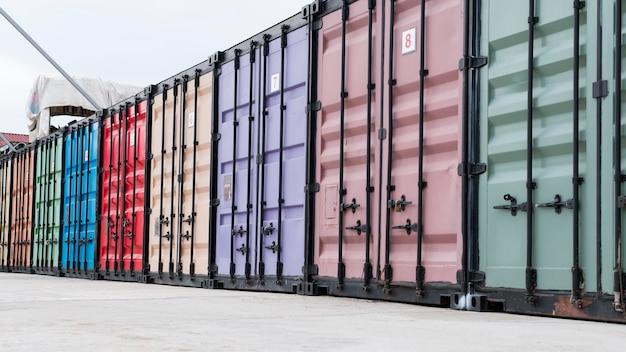 다채로운 저장 컨테이너가있는 물류 센터