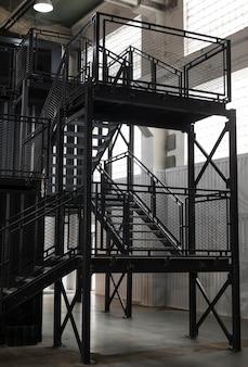 계단이있는 물류 센터