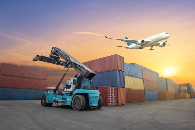 크레인 브릿지가 있는 컨테이너 화물선 및 화물기의 물류 및 운송