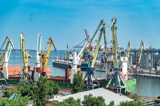 물류 사업입니다. 거대한 크레인과 컨테이너, 화창한 여름날. 국제 항구. 물류 사업입니다.