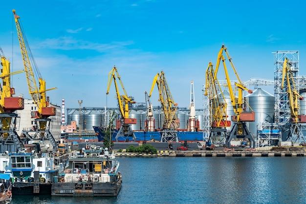 물류 사업입니다. 거대한 크레인과 컨테이너, 화창한 여름날. 항구,