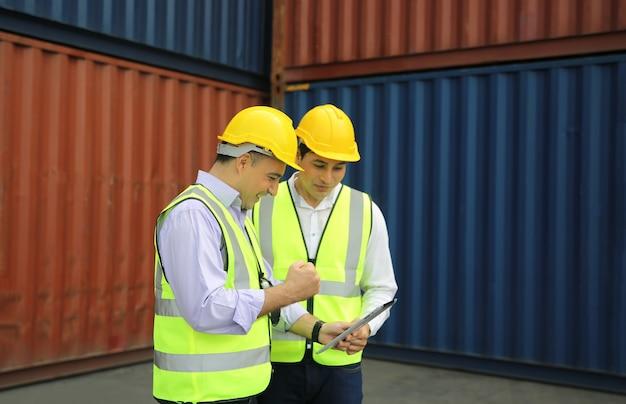 Инженер по логистике контроль в порту, погрузка контейнеров для экспорта и импорта логистической концепции