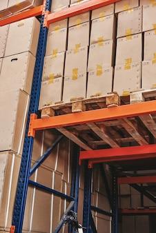Логистика за счет стремления к инновациям и технологического набора картонных коробок на поддоне, готового к эксплуатации.