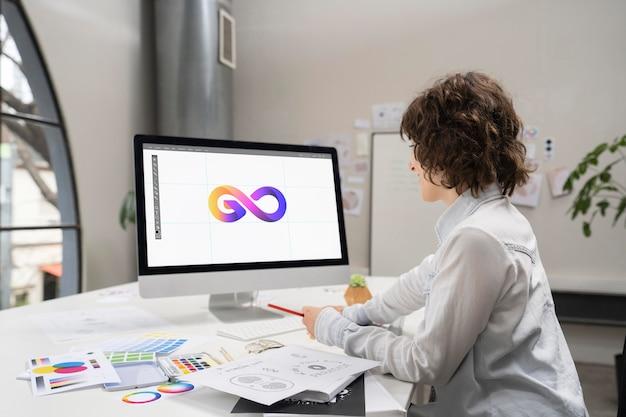 コンピューターのデスクトップで作業するロゴデザイナー