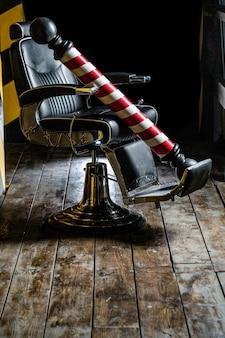 Логотип парикмахерской, символ. стильное винтажное кресло для парикмахера. парикмахер в интерьере парикмахерской. стул парикмахерской. кресло для парикмахерских, салон, парикмахерская для мужчин. полюс парикмахерской.