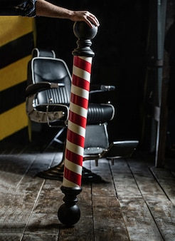 Логотип парикмахерской, символ. стильное винтажное кресло для парикмахера.