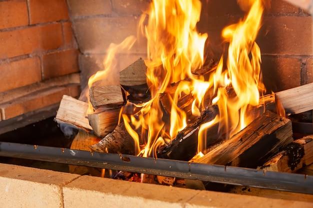 暖炉で燃えている丸太