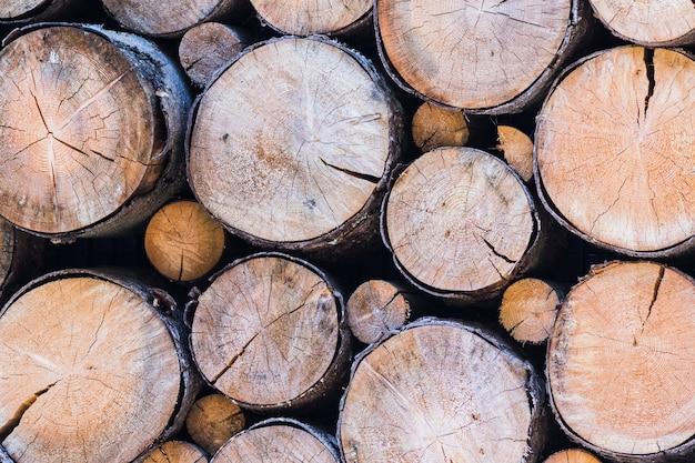 背景と自然な風合いとしてきちんと積み重ねられた木製の丸太